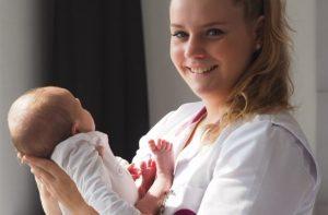 Kraamverzorgende Lisanne met baby