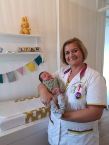 Kraamverzorgende Francis van den Eijnde met baby Lynn