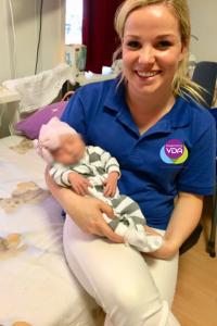 Kraamverzorgende Rose Anne van VDA met baby